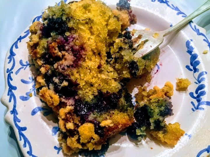 Crumble cake aux myrtilles - thecrazyoven.com (3)